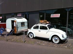VW Käfer mit Wohnanhänger und Dachgepäckträger